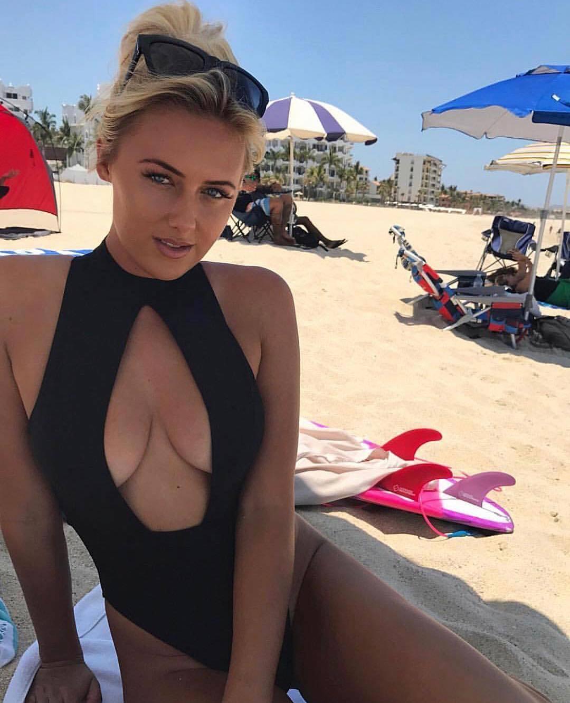 Австралійська серфінгістка оголила пишні груди на пляжі