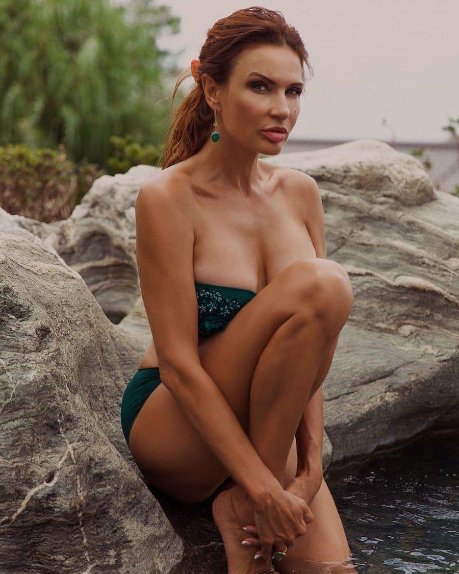 Евеліна Бльоданс сексуально позує на камеру
