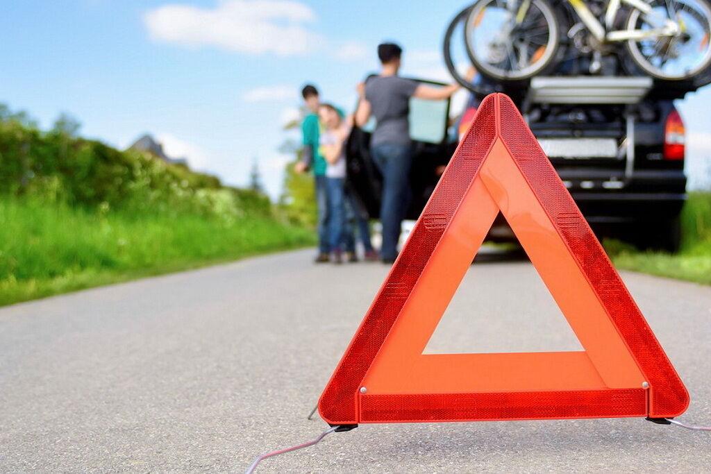Обязательно включите аварийную сигнализацию и установите знак аварийной остановки на расстоянии 20 м от авто в населенном пункте или 40 м – вне его