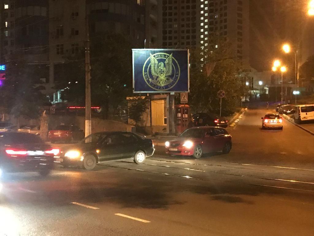 Герб контррозвідки СБУ розмістили перед консульствами РФ у Львові, Києві та Одесі