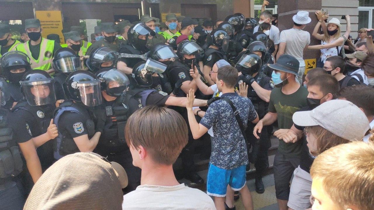 Под Шевченковским райсудом Киева произошли стычки
