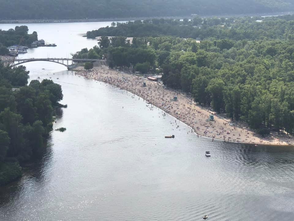 В Киеве толпы людей ринулись на пляж в разгар эпидемии