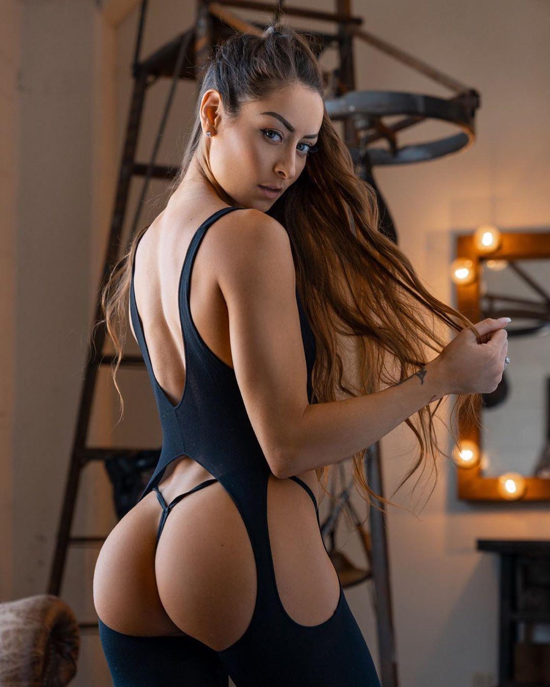 Знаменита фітнес-модель похвалилася сексуальним фото в ультракороткому бікіні