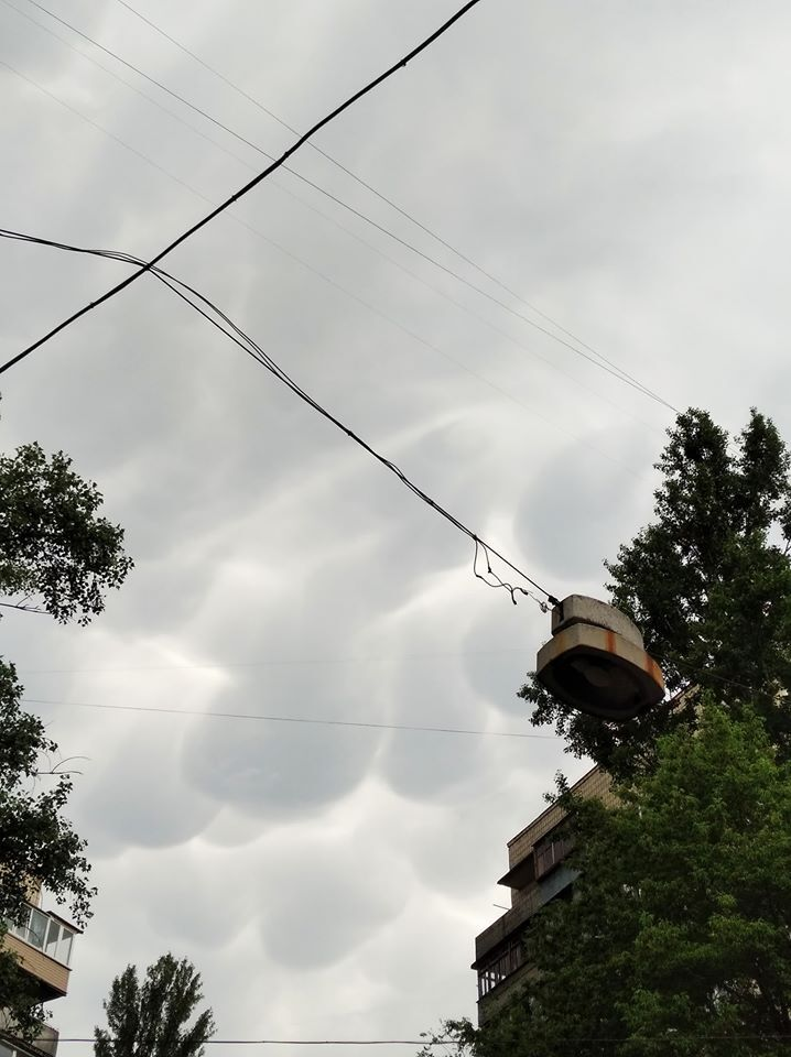 """Над Киевом заметили """"зловещие"""" облака: впечатляющие фото"""