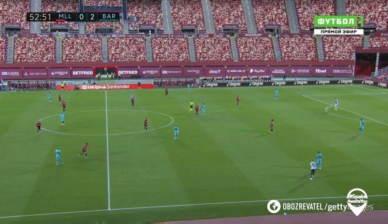 """Фанат в майке Месси выбежал на поле во время игры """"Барселоны"""" без зрителей"""