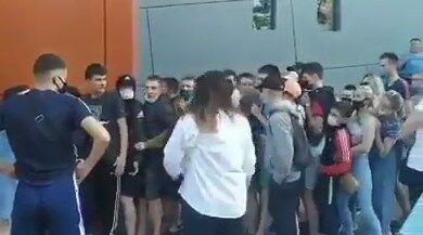 На Львівщині люди штурмували секонд-хенд, забувши про карантин
