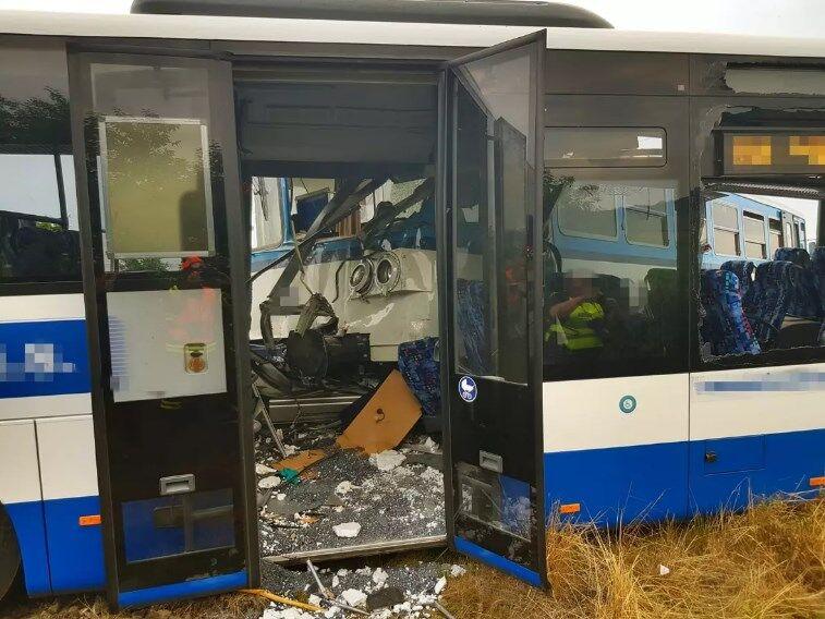 У Чехії поїзд протаранив автобус з пасажирами