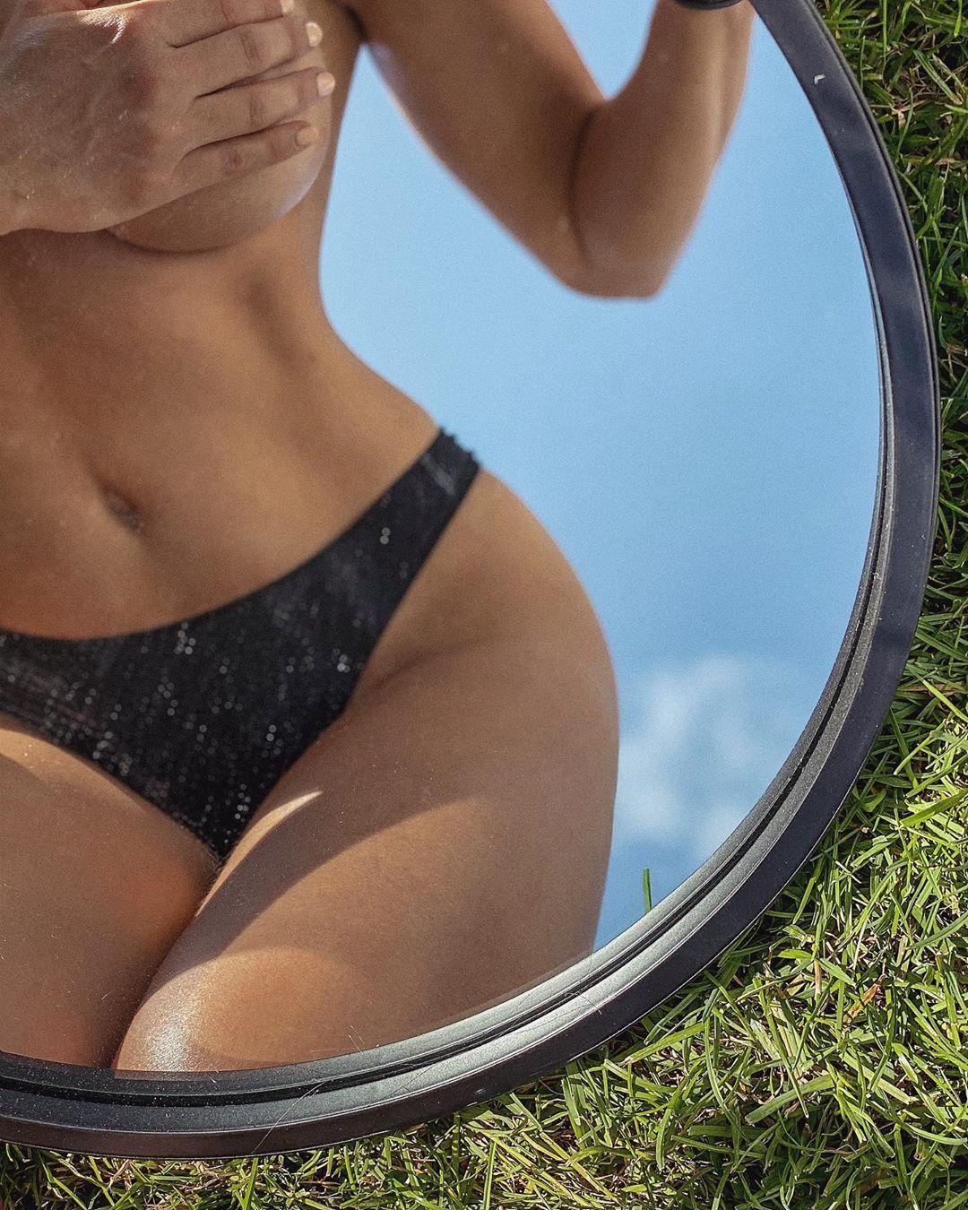 Знаменита фітнес-модель знялася повністю голою в басейні