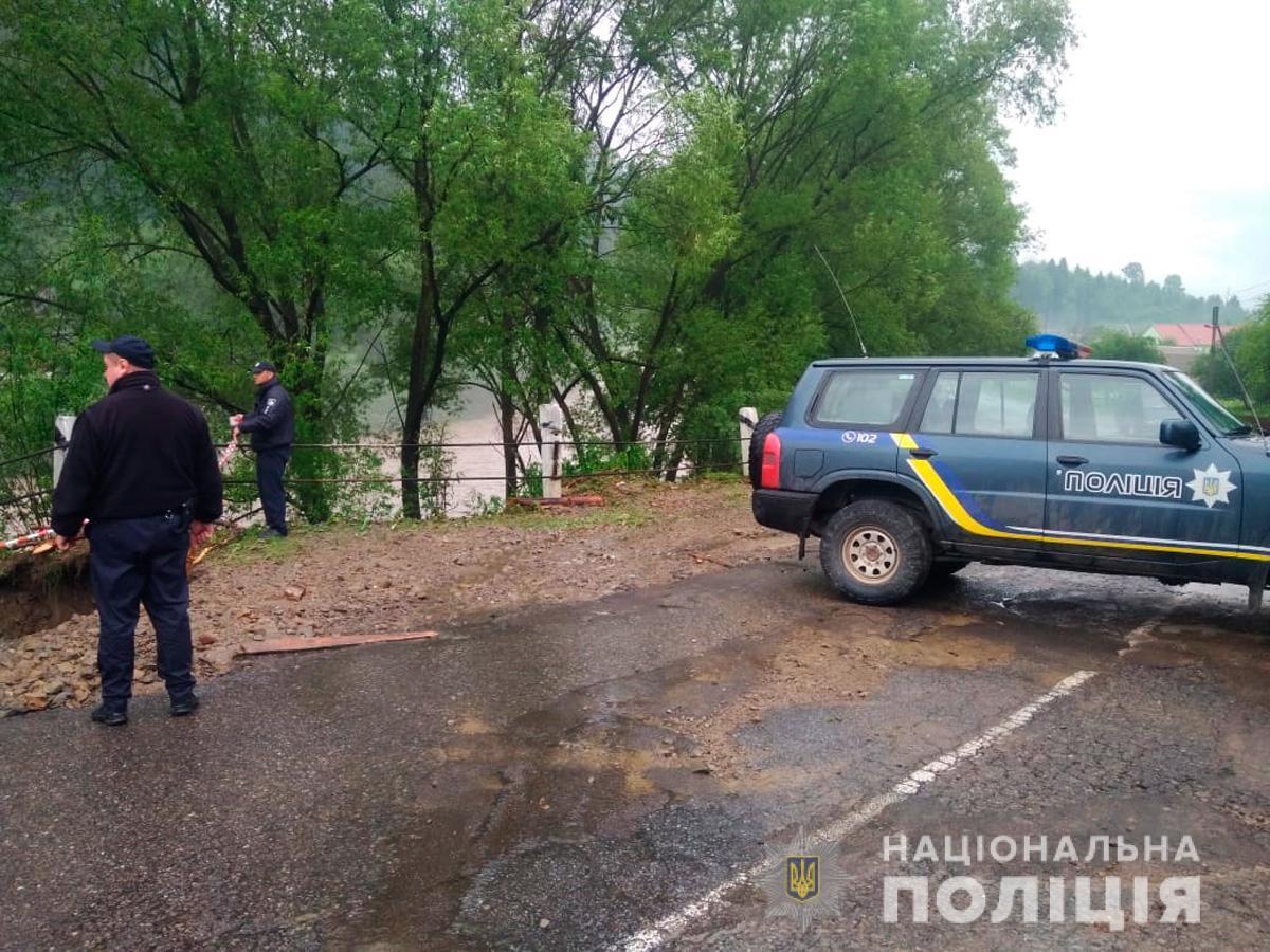 Размытие дороги на Буковине