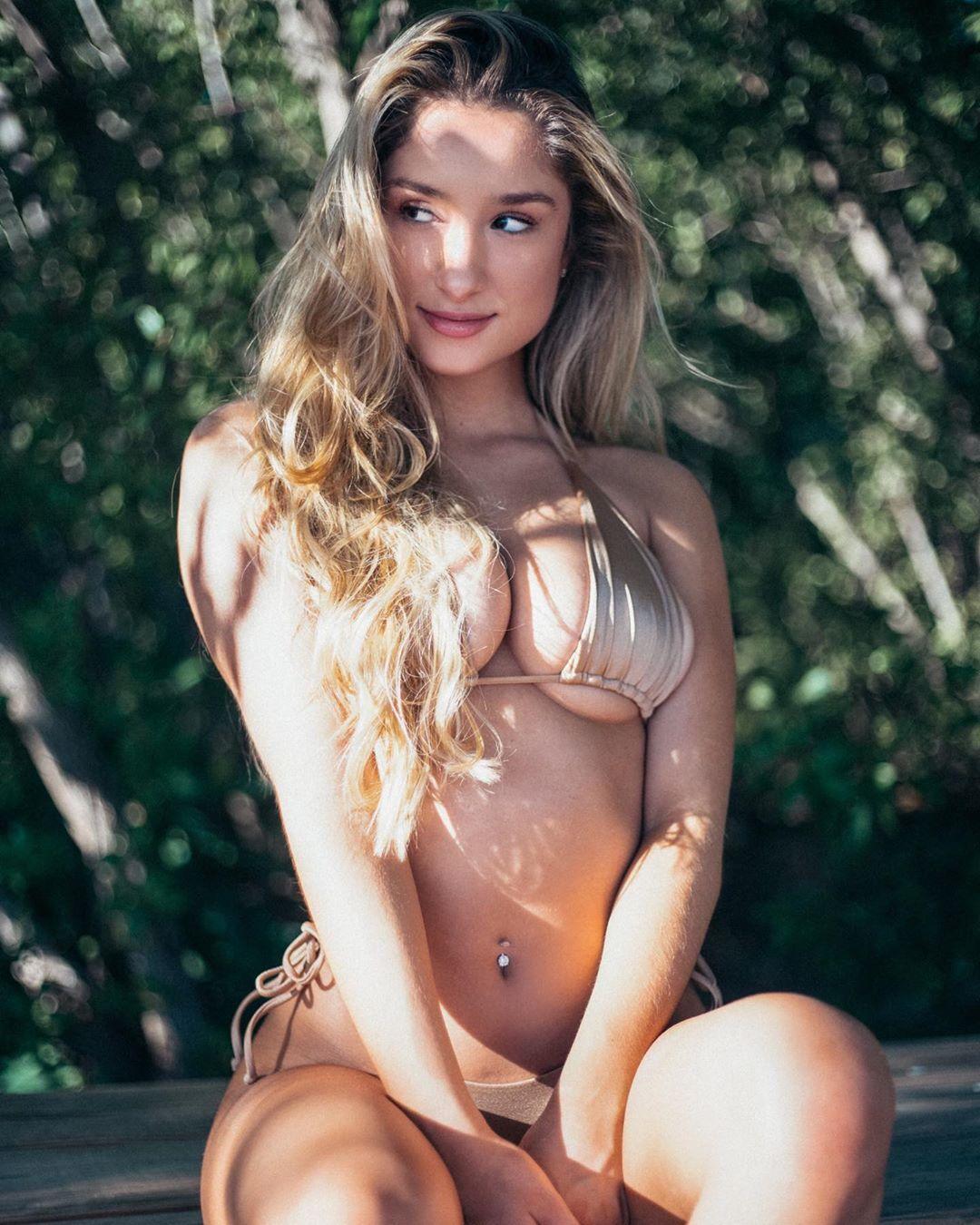 Саванна Монтано позирует в золотистом купальнике