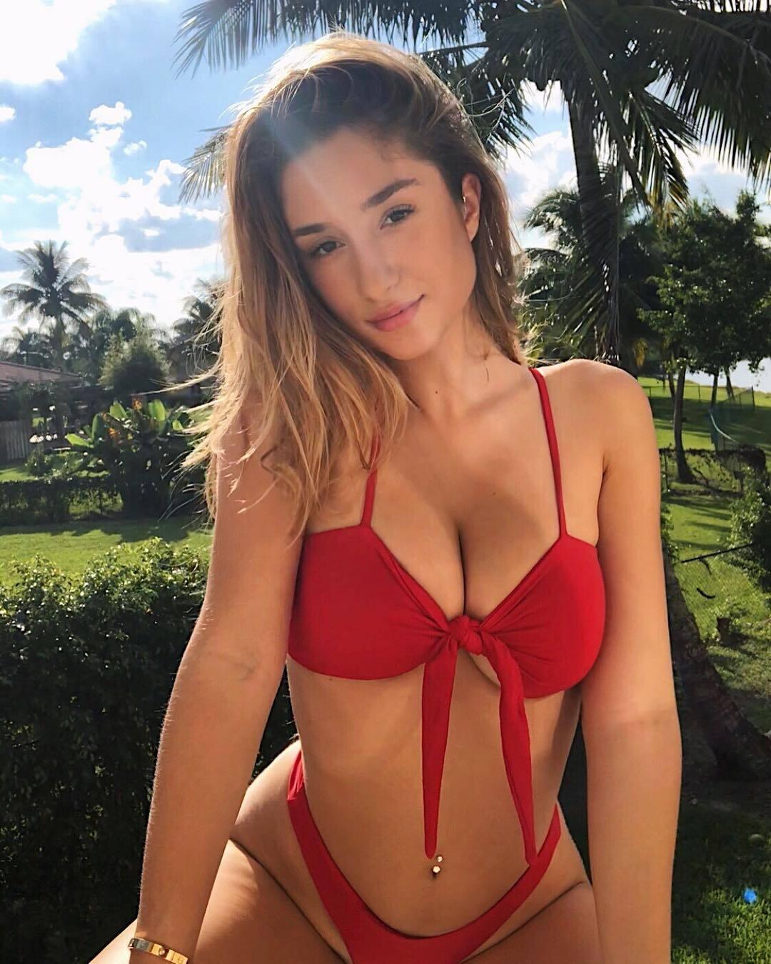 Саванна Монтано в красном купальнике