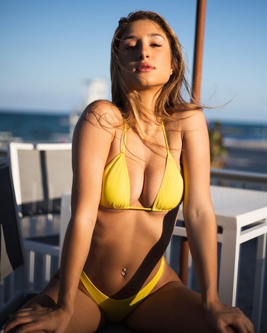 Саванна Монтано в желтом купальнике
