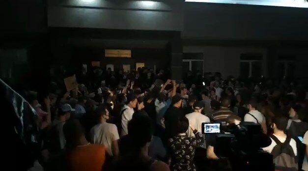 """Люди встретили решение суда по Стерненко криками: """"Ганьба!"""""""