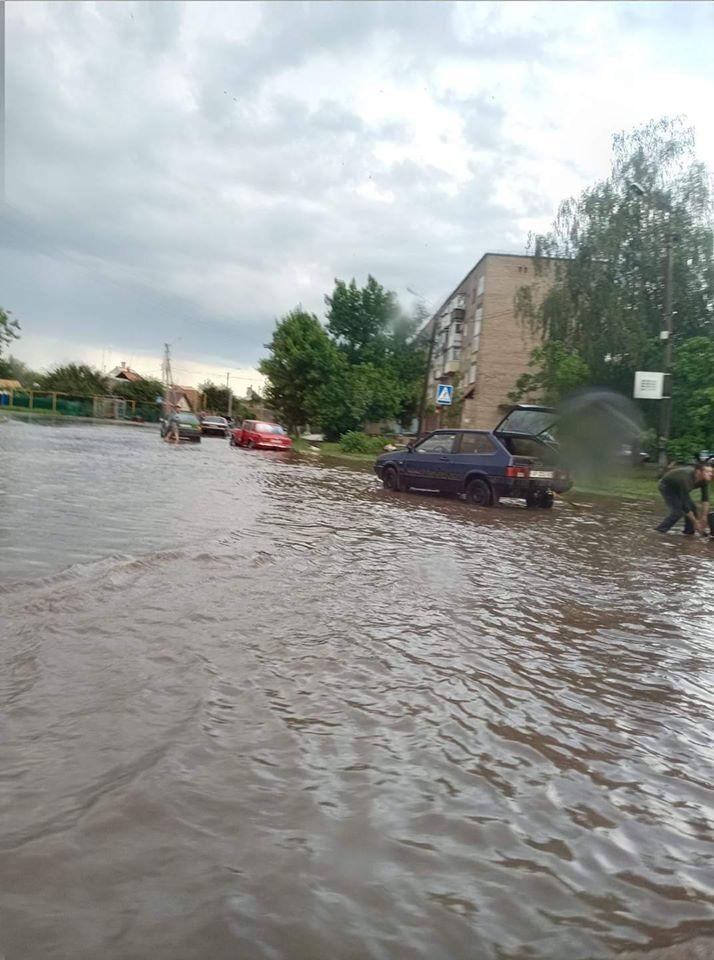 Машини опинилися у водяній пастці
