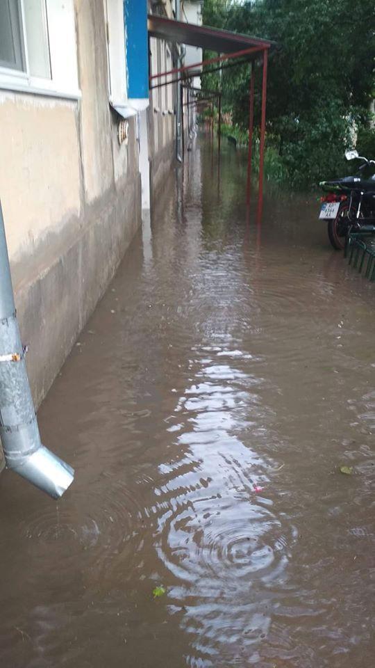 Зливові каналізації не впоралися з потоками води