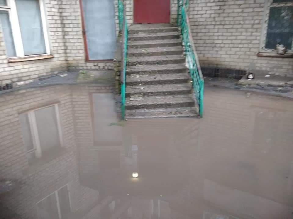 Вода затопила навіть під'їзди