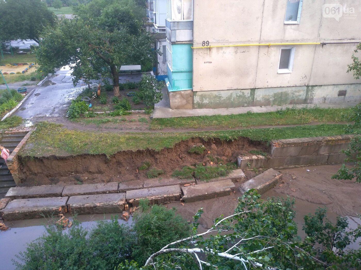 Из-за размывания упали бетонные блоки, сдерживавшие земляной вал