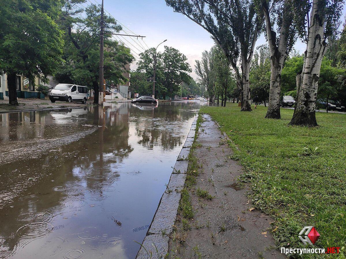 В Николаеве ливнем затопило центр города