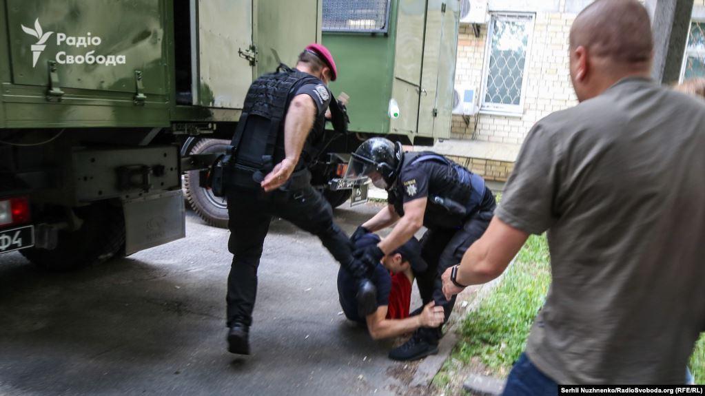 Поліцейські побили активіста під районним судом Києва