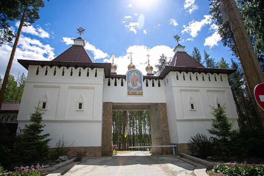 Вход на территорию монастыря ограничили. Фото: Яромир Романов / Znak.com