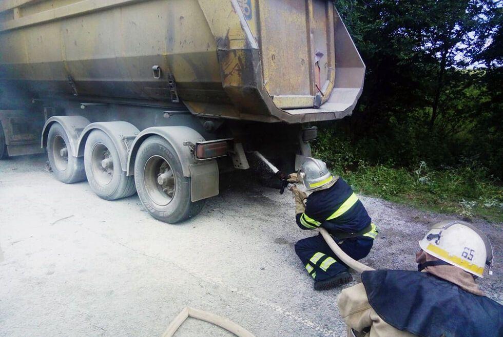 На трассе под Днепром загорелся грузовик