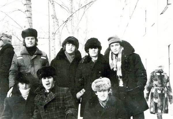 Типичная форма одежды для зимы – зимняя куртка с воротником из искусственного меха и бесформенная шапка-ушанка