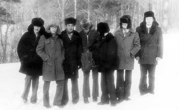 Еще одна зимняя группа: пальто с меховым воротником, шапки-ушанки, брюки, тяжелые ботинки
