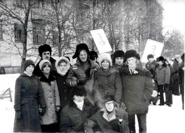 На митинге в торжественной, праздничной одежде: именно так выглядели наряды, которые считались самыми лучшими у молодежи 70-80 годов