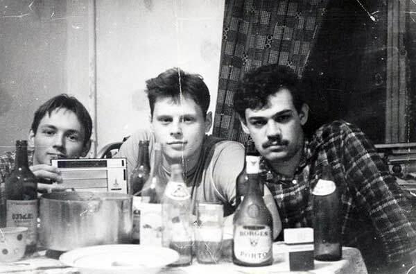 В СССР парни любили носить рубашки с открытым воротником