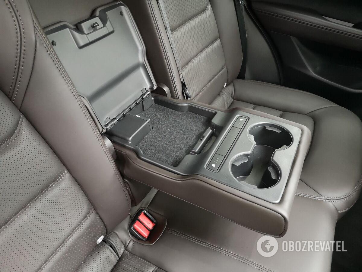 В центральном подлокотнике есть USB-порты для подключения гаджетов, два подстаканника и клавиши включения подогрева сидений