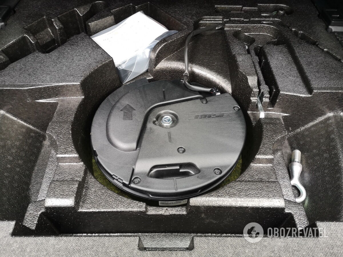 Под полом расположился органайзер с компонентами акустической системы Bose