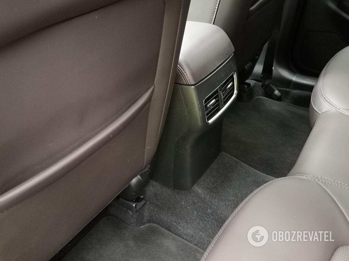 Для пассажиров заднего ряда предусмотрены индивидуальные дефлекторы системы вентиляции и кондиционирования
