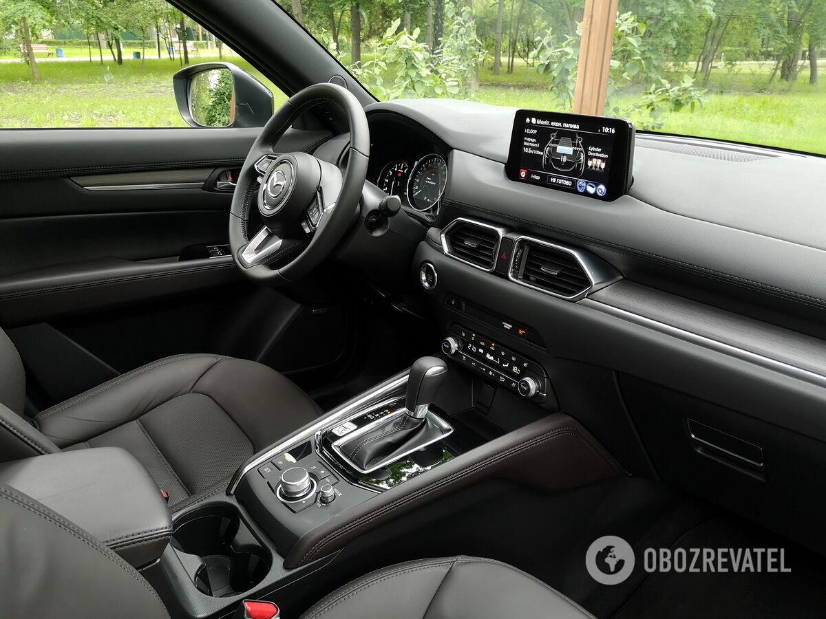 Интерьер топовой Mazda CX-5 отделан кожей Nappa, а на торпеде и дверных панелях используется мягкий и фактурный пластик
