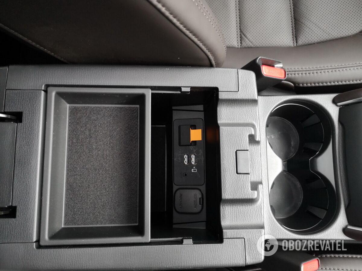 ...а также глубокий бокс с двумя USB-портами и слотом под SD-карту