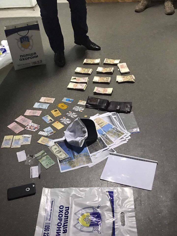 Правоохранители задержали мужчину на передаче взятки генералу полиции