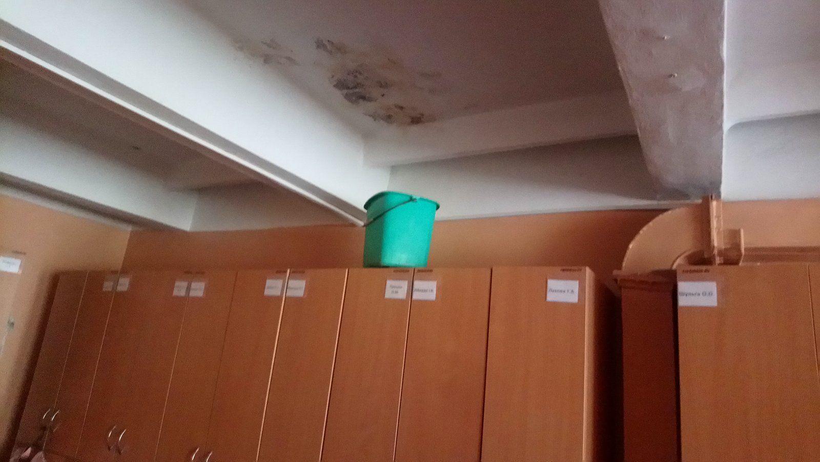 С потолка на станции скорой медицинской помощи в Виннице капает вода