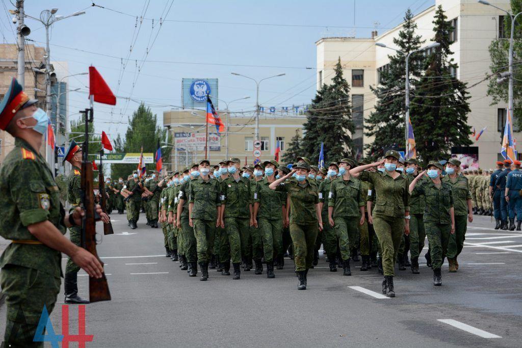 Оккупанты маршируют по Донецку