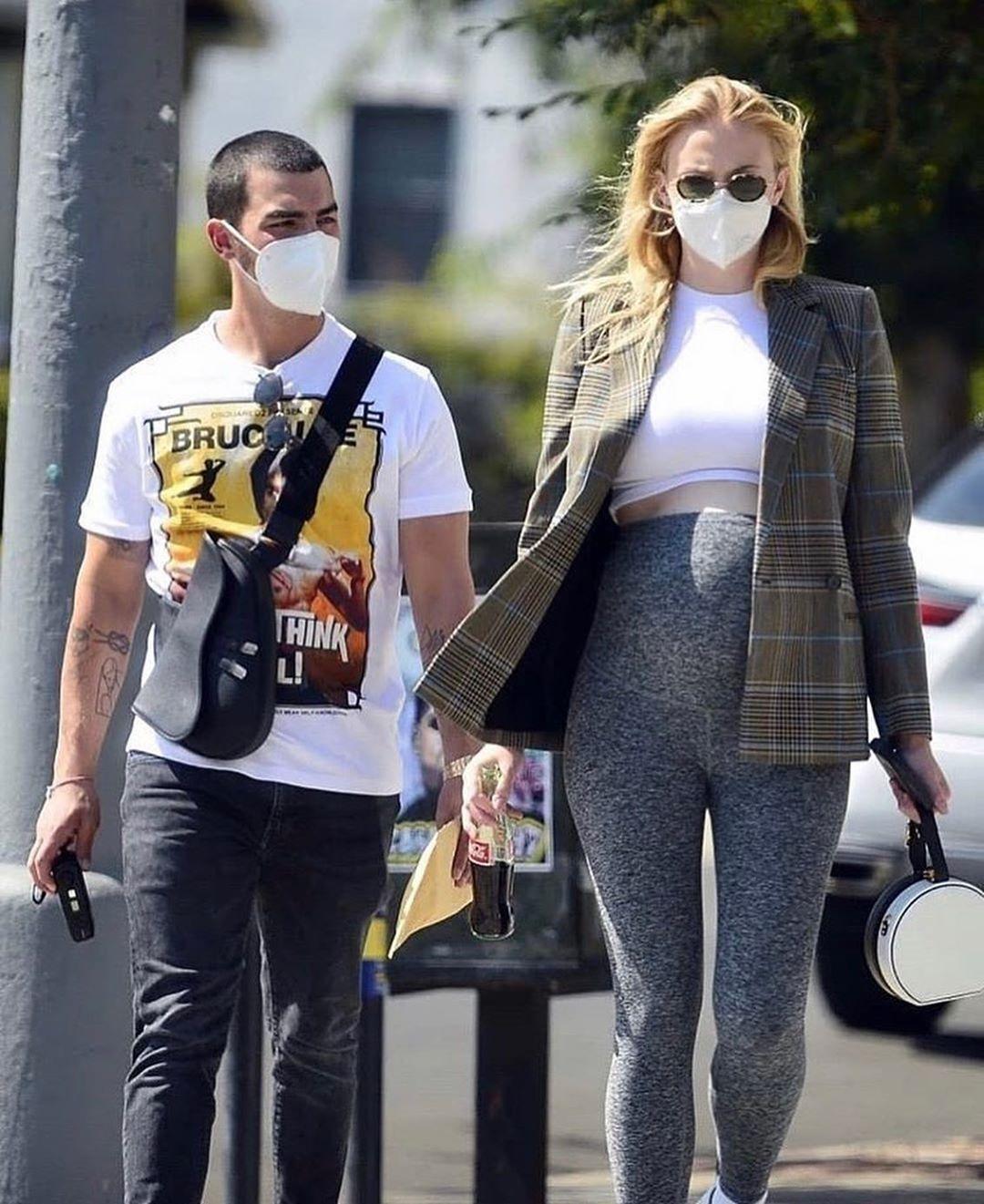 Беременная Софи Тернер с мужем Джо Джонасом (источник – Instagram-аккаунт – Themoodmagazine)