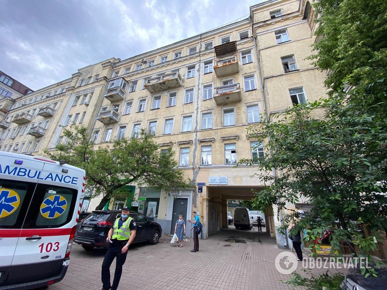 У Києві жінка з 3-річною дитиною випали з вікна: перші подробиці