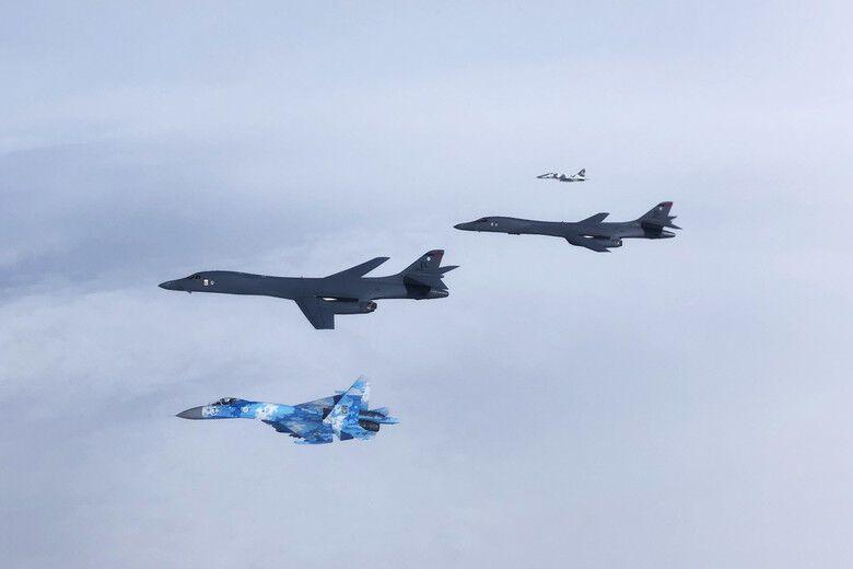 Украинские Су-27 Flanker и МиГ-29 Fulcrum сопровождают двух В-1В Lancer ВВС США