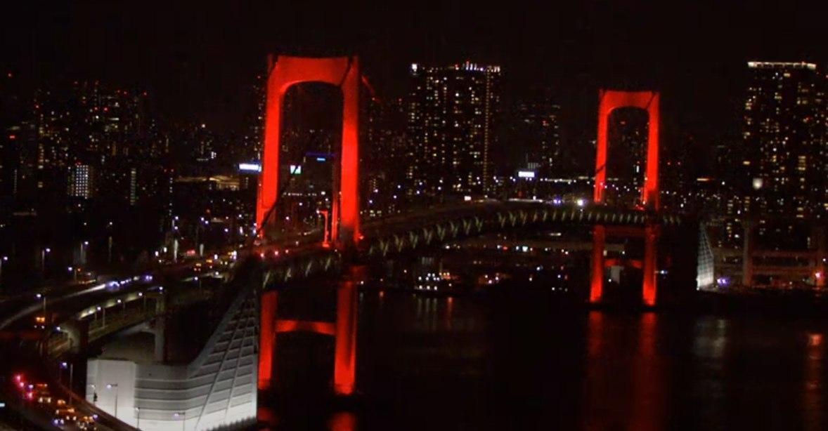 """В Токио """"Радужный мост"""" окрасился в красный"""
