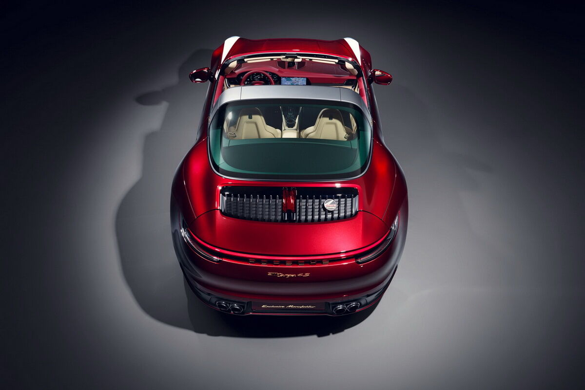 Вентиляційну решітку прикрасила велика емблема Porsche Heritage