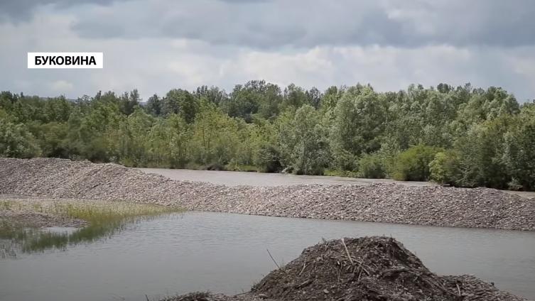 На Буковине прорыв дамбы грозит затопить все село