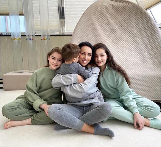 Алсу с дочерьми и сыном