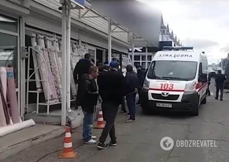 """Невідомі в масках влаштували стрілянину на ринку """"7 км"""" в Одесі"""