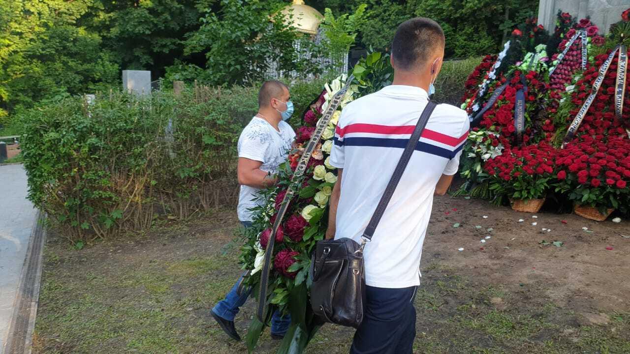 Венок на могилу отца Порошенко от Офиса Зеленского привезли через 4 часа после похорон. Фото