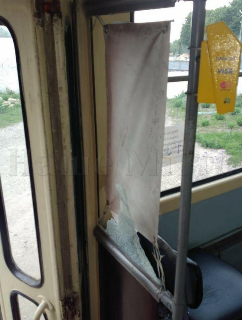 В Днепре хулиганы устроили дебош в трамвае.
