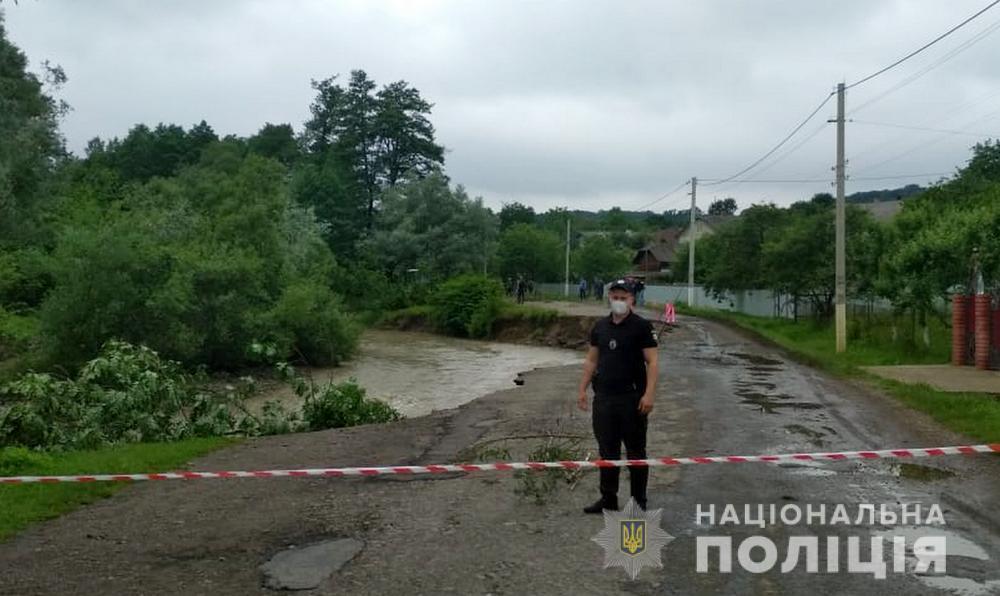 В Черновицкой области реки вышли из берегов: перекрыто движение по мосту