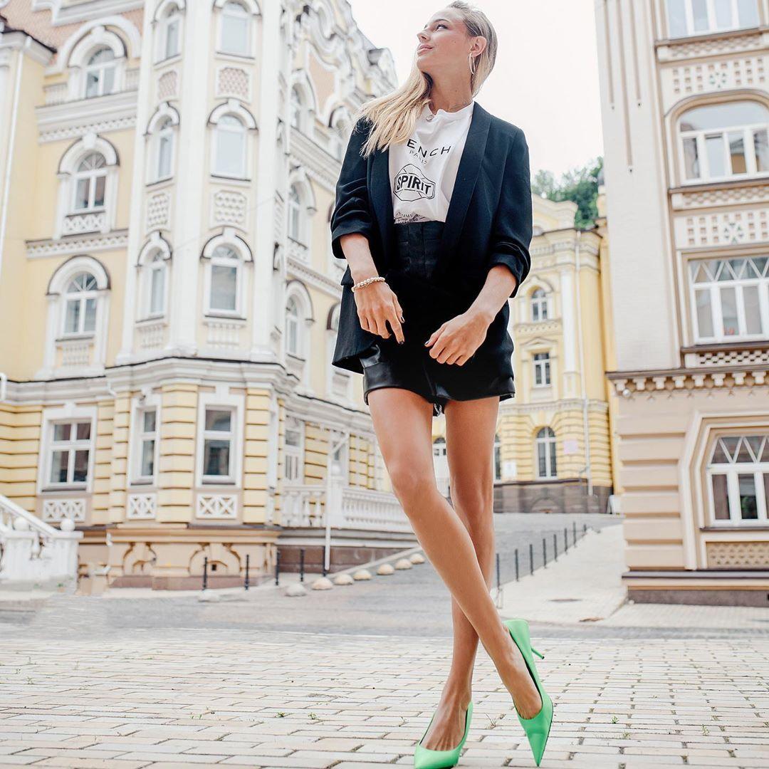 Білодід знялася в коротких шортах, спантеличивши фанатів шикарними ногами