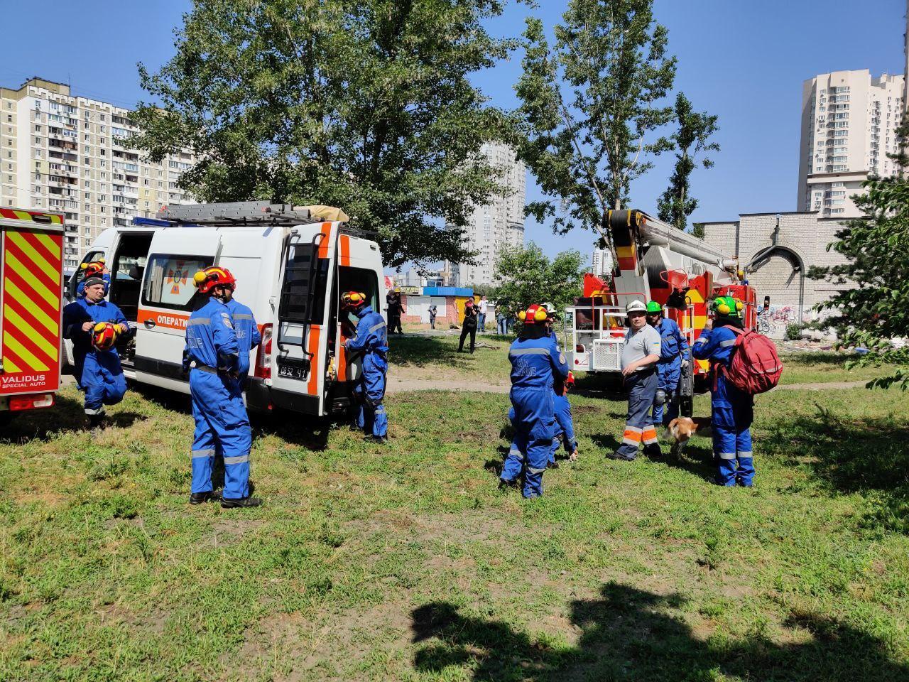 Спасатели деблокируют пострадавших из-под завалов